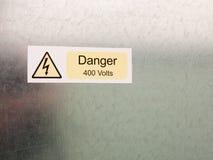 Un perno eléctrico en el cauti amarillo del triángulo y negro blanco de la seguridad Imagenes de archivo