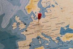 Un perno en Berlín, Alemania en el mapa del mundo fotos de archivo
