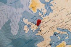 Un perno en Londres, Inglaterra en el mapa del mundo imagen de archivo