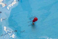 Un perno en Saipán en el mapa del mundo imágenes de archivo libres de regalías