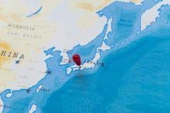 Un perno su Osaka, Giappone nella mappa di mondo fotografie stock