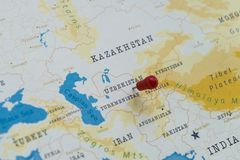 Un perno sull'Uzbekistan nella mappa di mondo fotografia stock libera da diritti