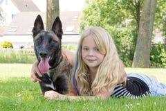 Un perro y un niño foto de archivo
