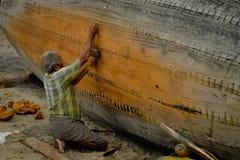 Un pescador, apretando la secuencia de su barco imágenes de archivo libres de regalías