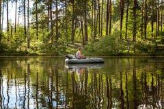 Un pescador en un barco Fotografía de archivo libre de regalías