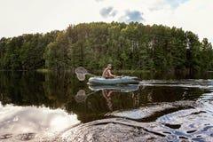 Un pescador en un barco Fotografía de archivo