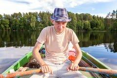 Un pescador en un barco Foto de archivo
