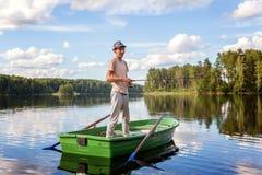 Un pescador en un barco Fotos de archivo libres de regalías