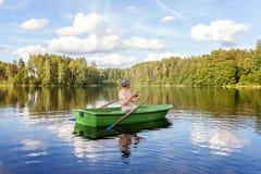 Un pescador en un barco Imágenes de archivo libres de regalías