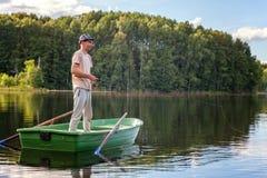 Un pescador en un barco Foto de archivo libre de regalías
