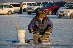Un pescador en el invierno Fotos de archivo libres de regalías