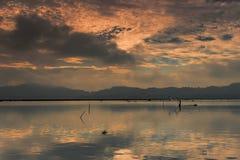Un pescador en la balsa de bambú Imágenes de archivo libres de regalías
