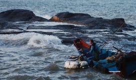 Un pescador en ondas Imágenes de archivo libres de regalías