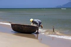 Un pescador en una cáscara fotografía de archivo libre de regalías