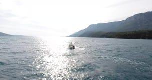 Un pescador Going a la pesca en su barco, Turquía almacen de video