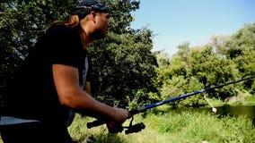 Un pescador lanza un giro metrajes