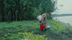 Un pescador que camina a lo largo de la trayectoria metrajes