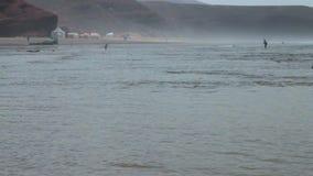 Un pescador solitario vuelve de la pesca en el Océano Atlántico en Marruecos Va en el agua con una caña de pescar en una niebla metrajes