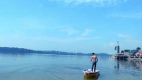 Un pescador urbano en el barco que echa una red para las gambas de cogida almacen de metraje de vídeo