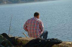 Un pescador vino al lago grande Modrac foto de archivo