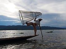 Un pescatore di rematura della gamba sul lago Inle fotografia stock libera da diritti