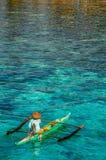 Un pescatore solo su in anticipo per ottenere il suo fermo quotidiano fotografia stock