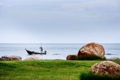 Un pescatore sulla sua navigazione della barca nell'oceano fotografia stock libera da diritti