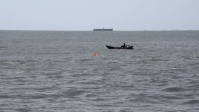 Un pescatore in una barca estrae una rete archivi video