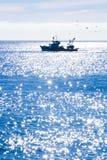 Un peschereccio sul mare blu Fotografia Stock Libera da Diritti