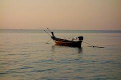 Un peschereccio tailandese tradizionale ancorato vicino alla riva Immagini Stock