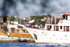Un petit amarrage de bateau de croisière dans Vodice, Croatie Image libre de droits