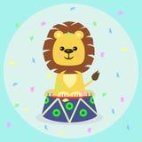 Un petit animal de lion sur une margelle dans un cirque illustration stock