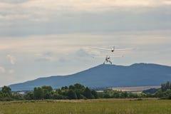Un petit avion de moteur tire un planeur photo stock