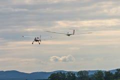 Un petit avion de moteur tire un planeur photographie stock