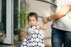 Un petit bébé mignon dans une belle robe Images libres de droits