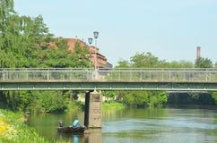 Un petit bateau a amarré sur une rivière dans un village photo libre de droits