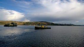 Un petit bateau avec des passagers a lieu sur la rivière photo libre de droits
