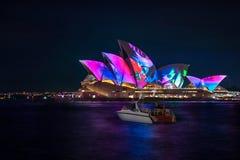 Un petit bateau cesse d'admirer l'exposition vive de lumière de Sydney Photos libres de droits