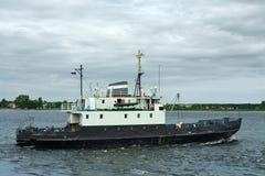 Un petit bateau de cargaison-et-passager Images stock