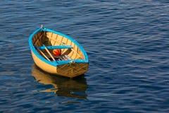 Un petit bateau de rangée se reposant calmement dans un port Photo libre de droits