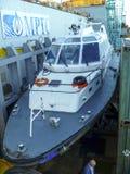 Un petit bateau de service dans un port industriel de cargaison Un bateau en mer Photo libre de droits