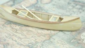 Un petit bateau en bois de canoë sur la carte banque de vidéos