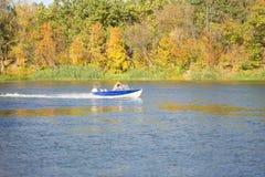 Un petit bateau flotte dessus image stock