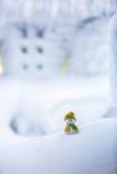 Un petit bonhomme de neige dans un chapeau et une écharpe Photographie stock libre de droits
