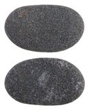 Un petit caillou noir lisse de pierre de côte tourné par des vagues de photos libres de droits