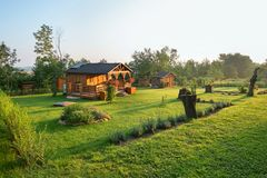 Un petit cottage avec un jardin tôt le matin image libre de droits