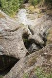 Un petit courant de montagne entre les roches, Kurdzhali, Bulgarie image libre de droits