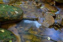 Un petit courant a souillé l'orange du drainage de mine acide Photographie stock