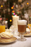 Une tasse de cappucino avec du jus Photo libre de droits