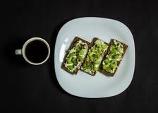 Un petit déjeuner sain délicieux, avec du café Images libres de droits